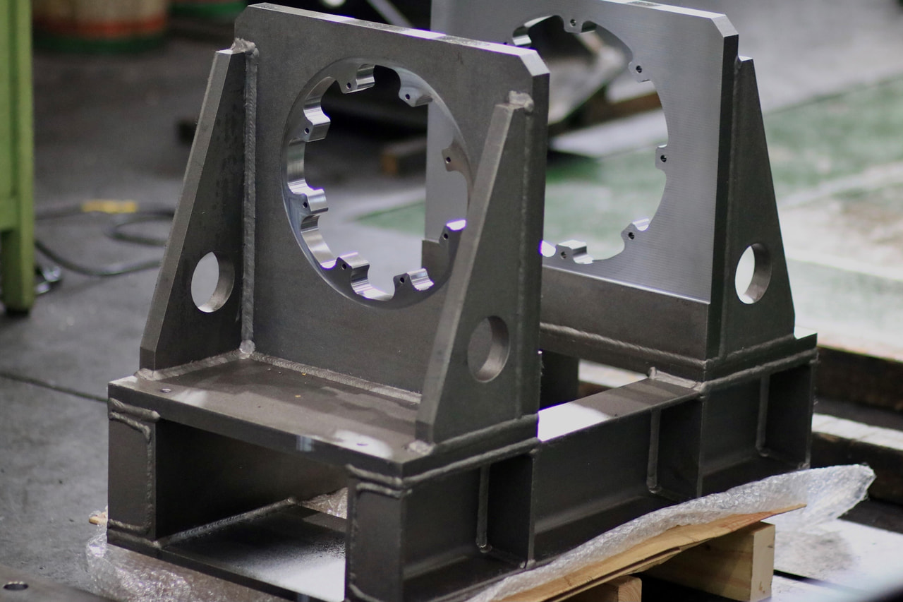 材質:SS400<br>サイズ:760mm x 590mm x 425mm<br>溶接構造支給品の機械加工
