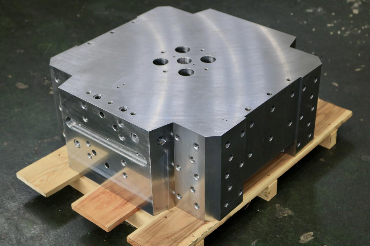 材質:SS400<br>サイズ:480mm x 460mm x 200mm<br>6F材の削り出し機械加工