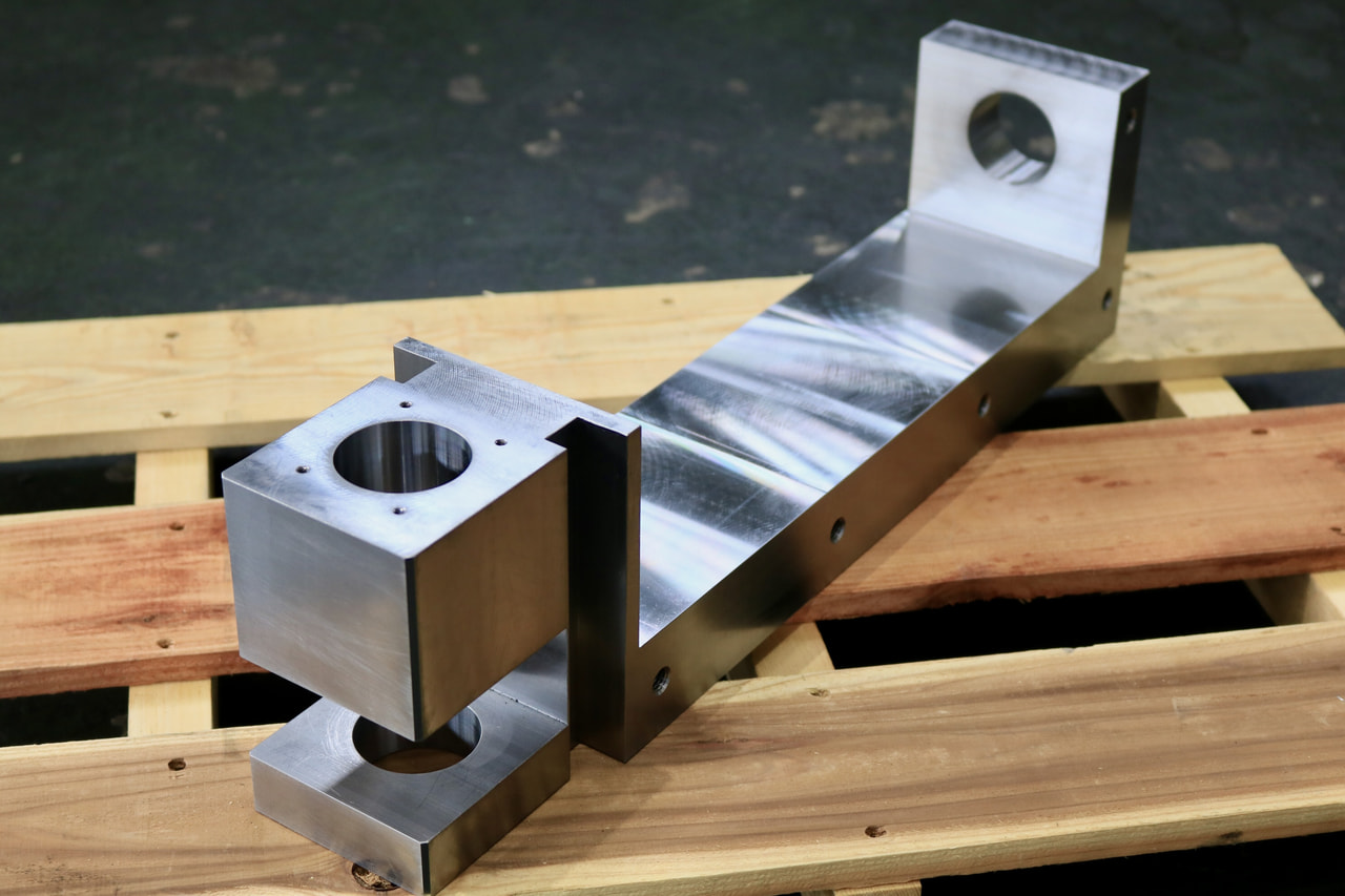 材質:SS400<br>サイズ:493mm x 137mm x 100mm<br>6F材の削り出し機械加工