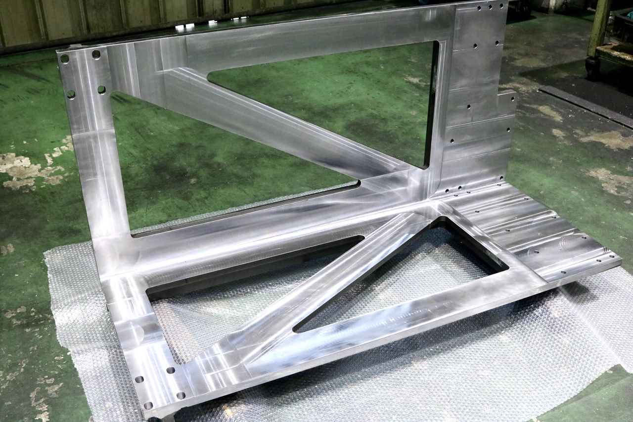 材質:SS400<br>サイズ:1,340mm x 683mm x 593mm<br>溶接構造支給品の機械加工