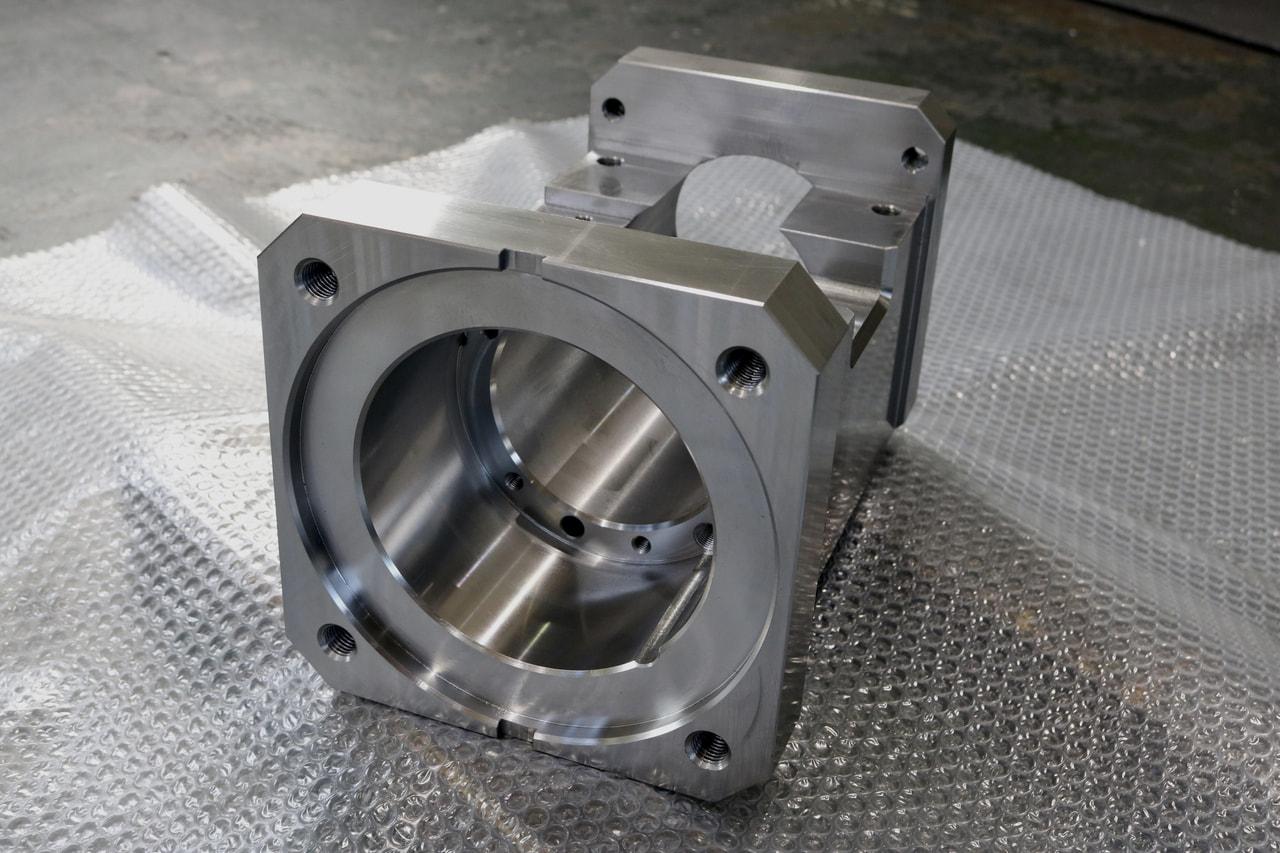 材質:S45C<br>サイズ:315mm x 205mm x 205mm<br>6F材の削り出し機械加工