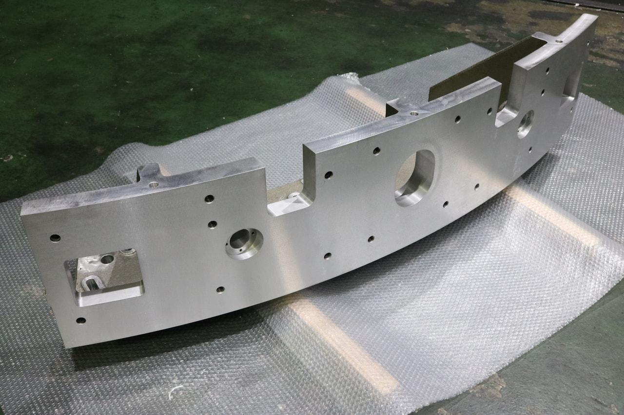 材質:AC4A(アルミ鋳物)<br>サイズ:1,530mm x 485mm x 390mm<br>鋳物支給品の機械加工