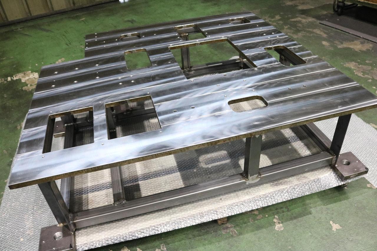 材質:SS400<br>サイズ:1,185mm x 1,070mm x 323mm<br>製缶支給品の機械加工