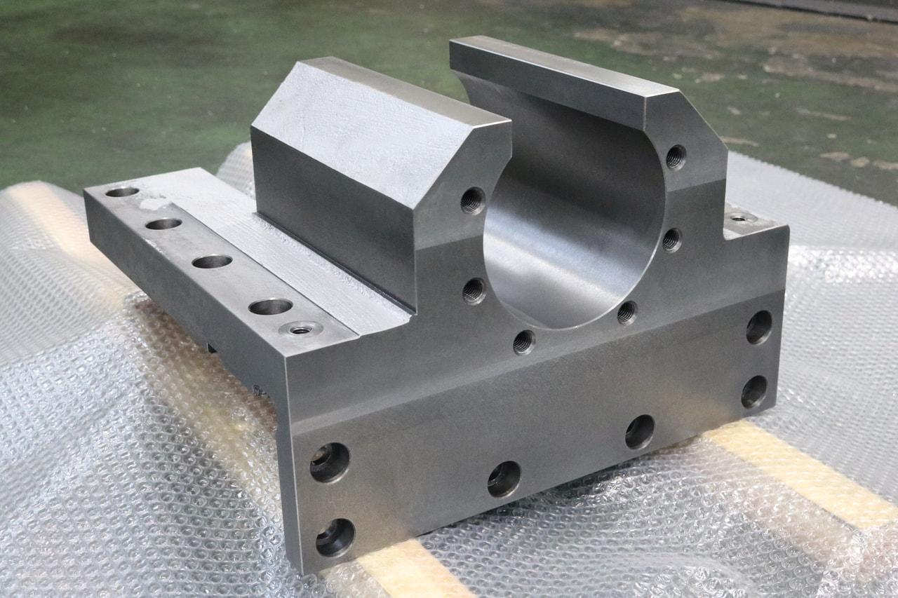 材質:FC300<br>サイズ:415mm x 405mm x 272mm<br>鋳物支給品の機械加工