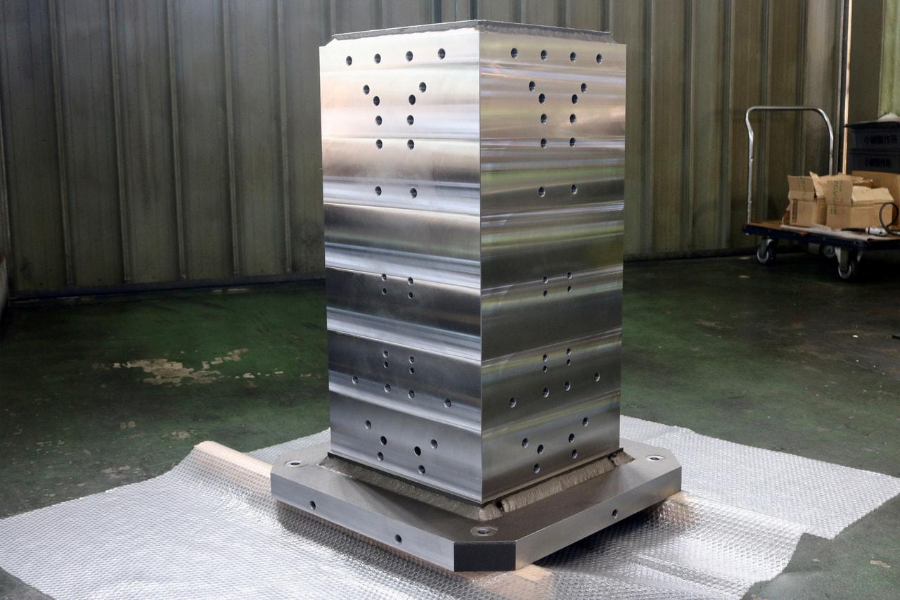 材質:SS400<br>サイズ:630mm x 630mm x 837mm<br>溶接構造支給品の機械加工