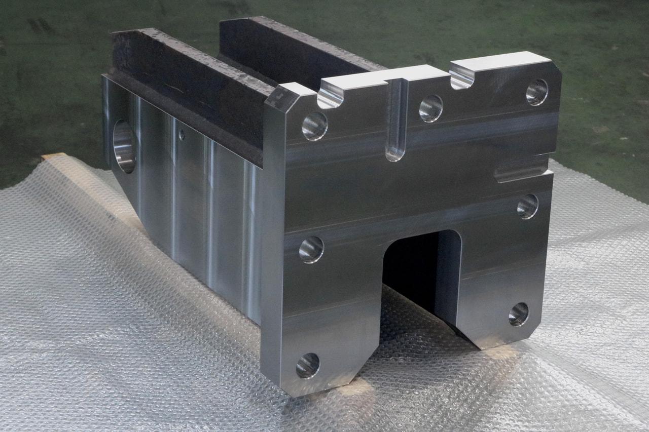 材質:SS400<br>サイズ:410mm x 425mm x 705mm<br>溶接構造支給品の機械加工