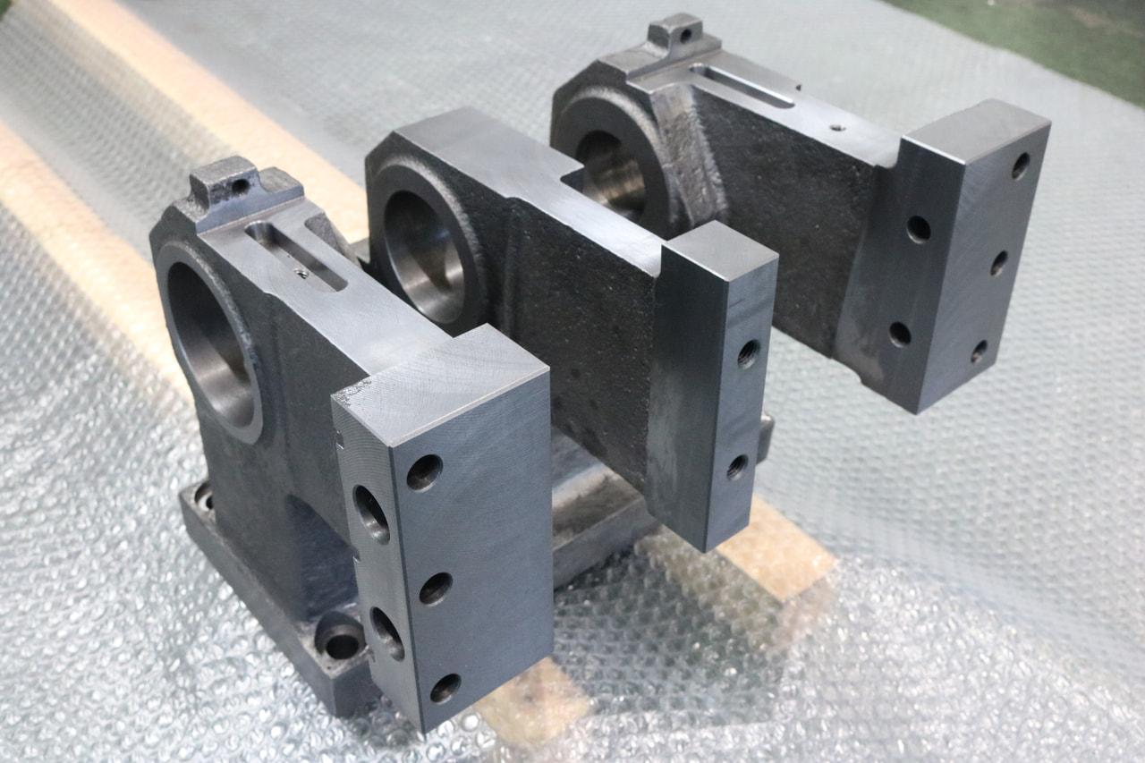 材質:FCD450<br>サイズ:313mm x 240mm x 245mm<br>鋳物支給品の機械加工