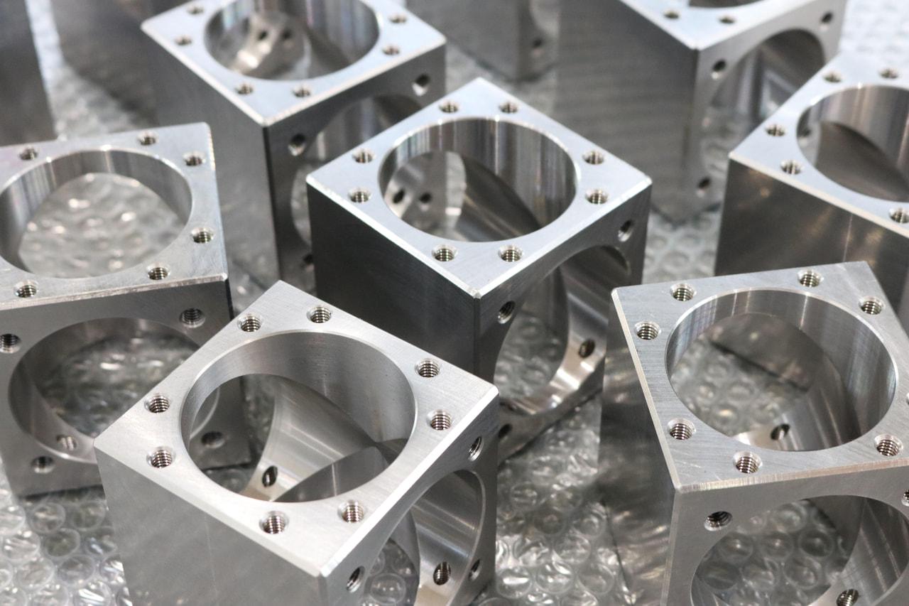 材質:SS400<br>サイズ:69mm x 69mm x 73mm<br>一貫製造(ロット生産対応品)