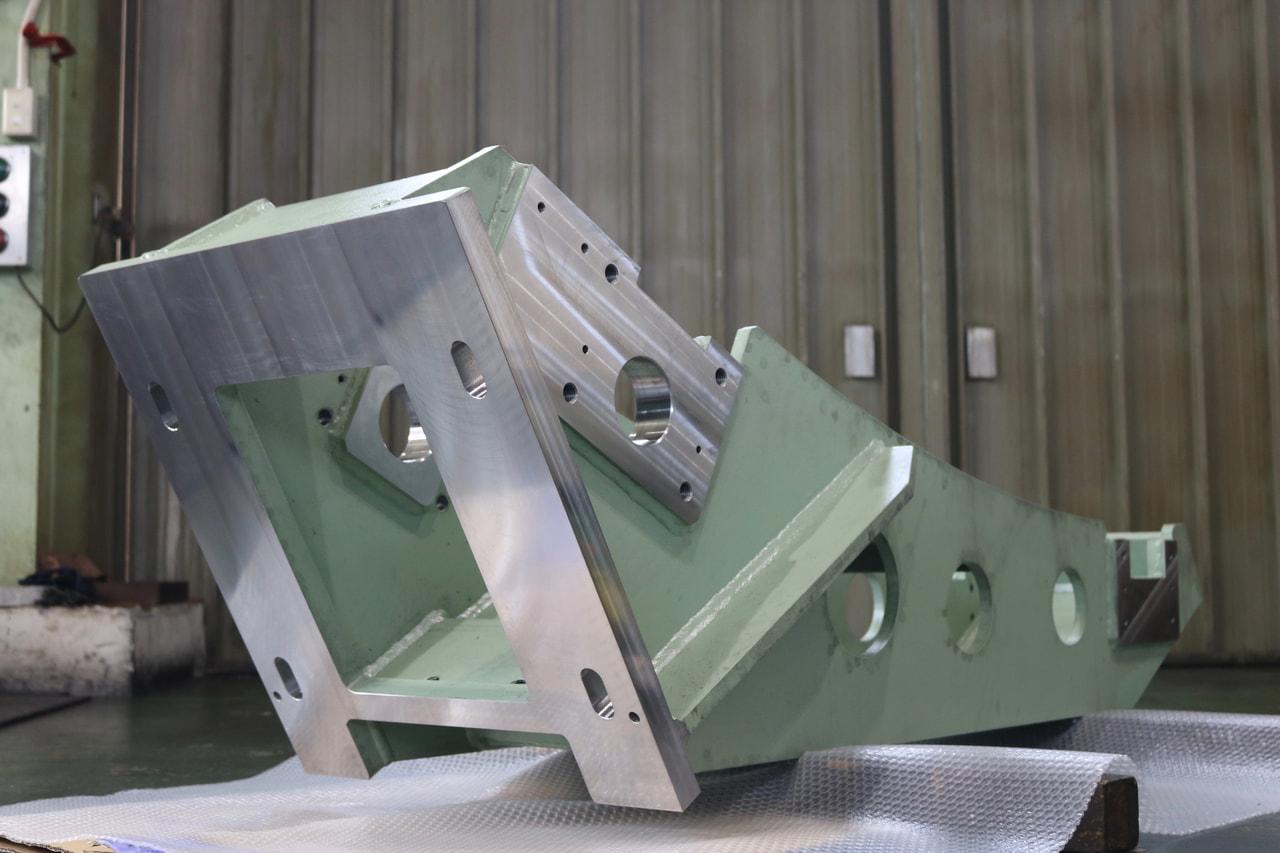 材質:SS400<br>サイズ:1,225mm x 1,370mm x 560mm <br>溶接構造支給品の機械加工