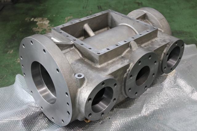 材質:FCD450<br>サイズ:867mm x 600mm x 430mm<br>鋳物支給品の機械加工